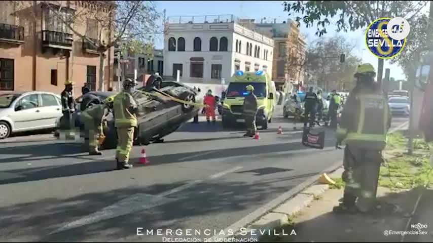 Un conductor borracho pierde el control y vuelca tras chocar con otros dos coches