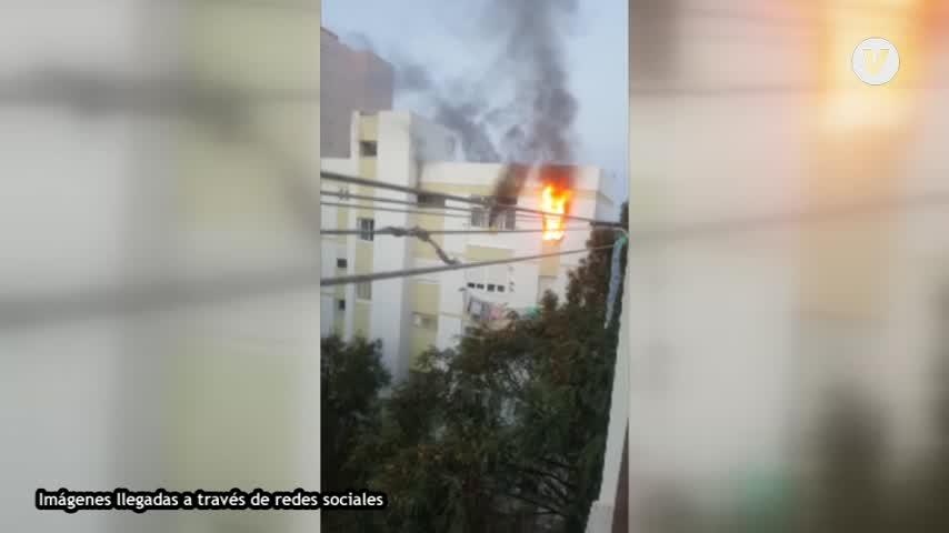 Un incendio asola una vivienda en un edificio de la Barriada de la Paz en Cádiz