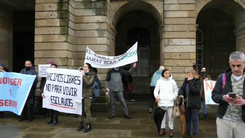 Negacionistas protestan en Santiago contra la modificación de la Ley de Salud de Galicia