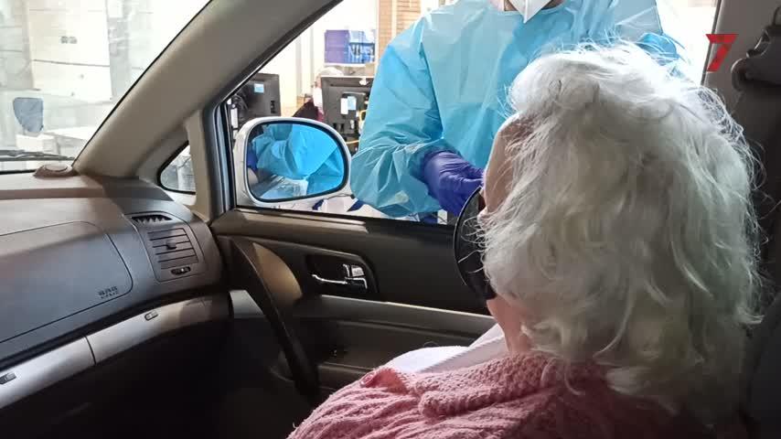 Irene, la abuela de Jerez a la que sus nietos cantan mientras le vacunan
