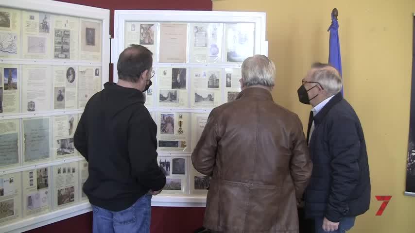 Inaugurada la exposición 'De la guerra a la paz' en el atrio del Ayuntamiento chiclanero
