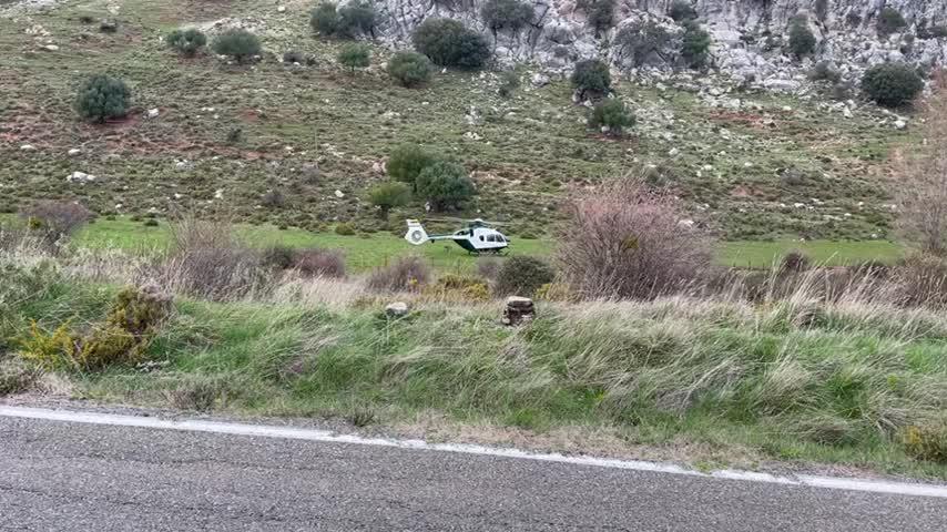 Espectacular y peligroso rescate a dos montañeros en la sierra de Cádiz