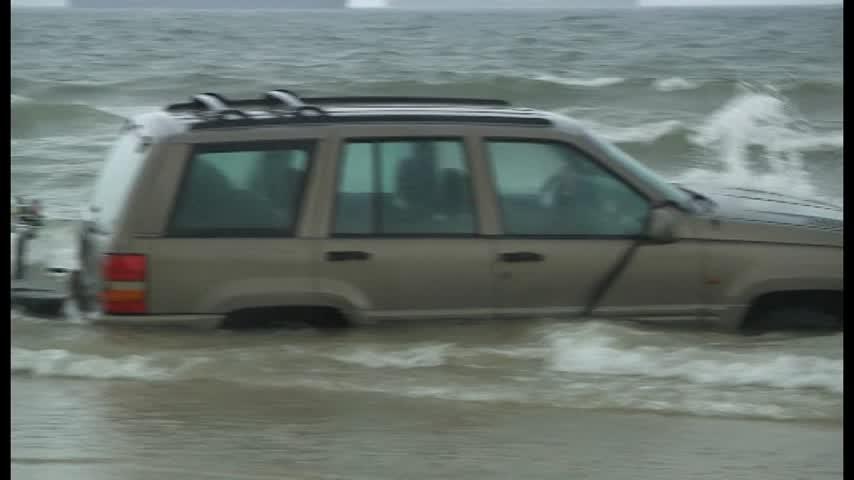 Un coche todoterreno permanece varado en la playa del Rinconcillo de Algeciras