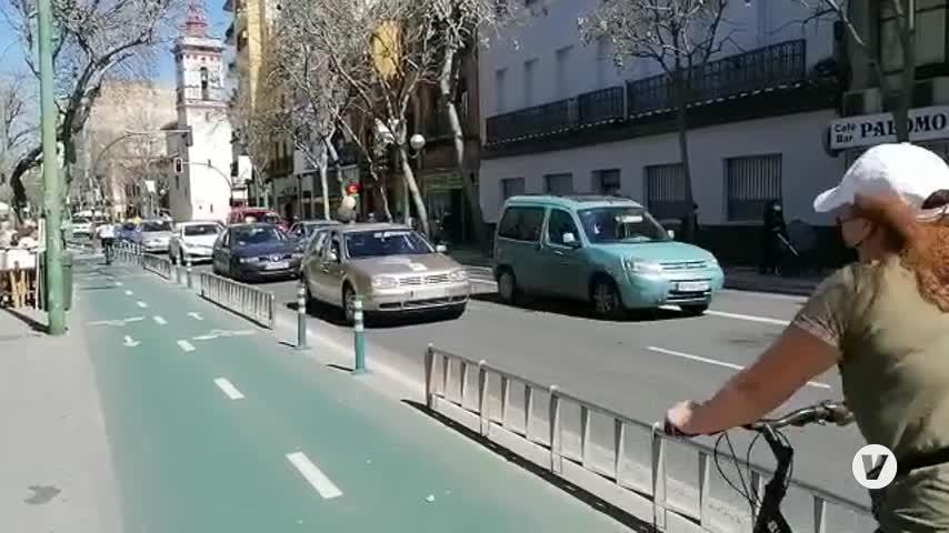 Los interinos piden estabilidad en Sevilla con una caravana de coches