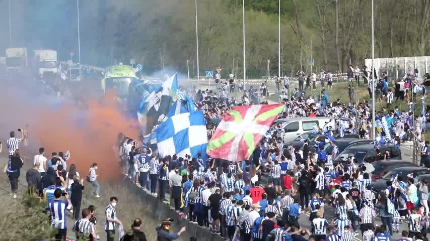 Miles de aficionados despiden a la Real Sociedad sin respetar las distancias de seguridad