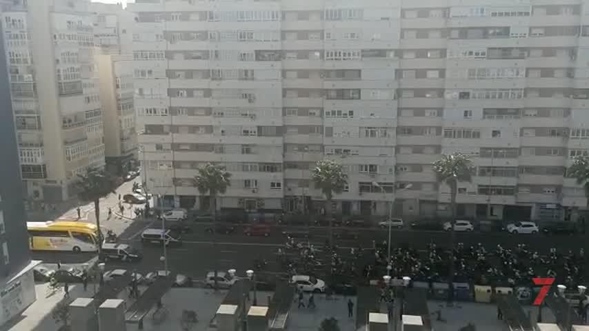 La afición del Cádiz recibió al equipo con una moto-quedada