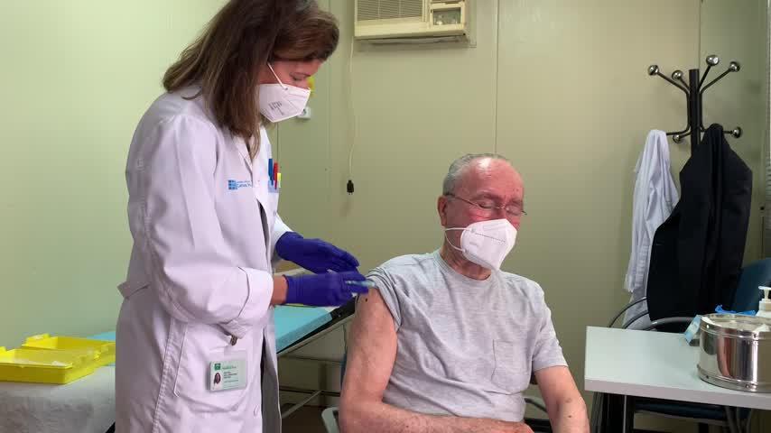 El alcalde de Málaga recibe la vacuna contra la COVID-19 y anima a todos a hacerlo