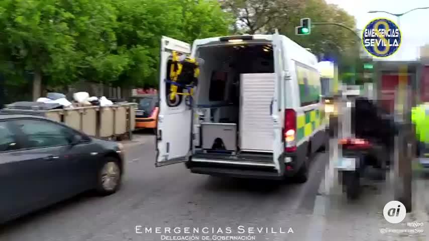 Un peatón es atropellado por una moto tras bajar de un autobús en Avenida Sánchez Pizjuán