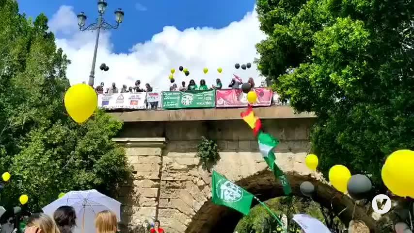 Centenares de interinos protestan en Sevilla por un