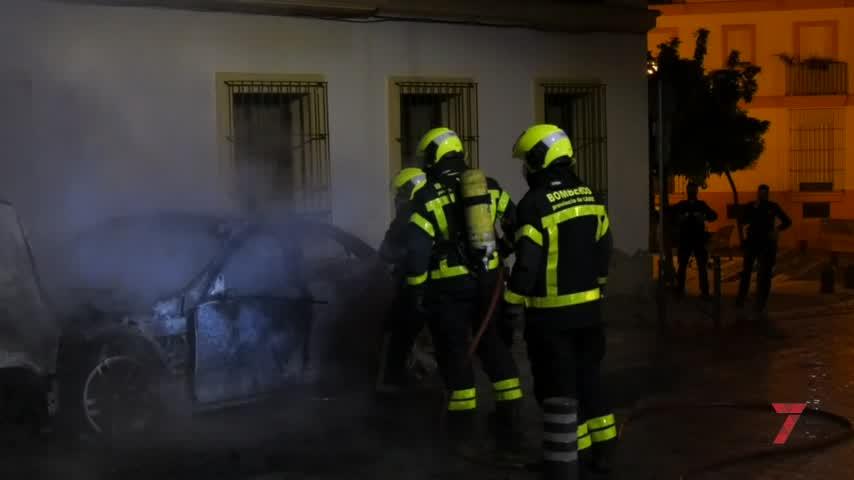 Bomberos intervienen en Jerez en el incendio de madrugada de un coche en plaza Belén