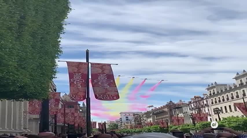 La Patrulla Águila pinta el cielo de Sevilla en un festivo marcado por la pandemia