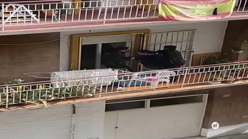 Atienden a una mujer en un balcón con su bebé en brazos y pidiendo ayuda