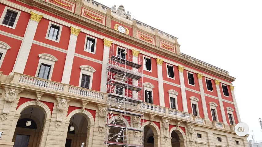 La fachada principal del Ayuntamiento de San Fernando ya luce como era hace 80 años