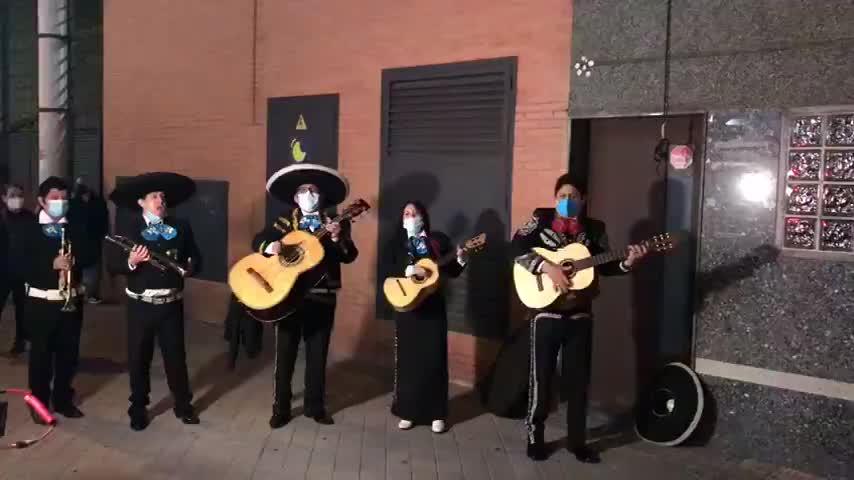 Un grupo de mariachis cantan a Pablo Iglesias 'La cucaracha' y 'Canta y no llores'