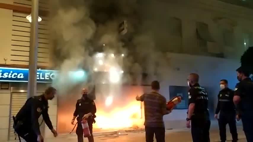 Un incendio en el Pasaje de la Música en la calle Real y una persona detenida