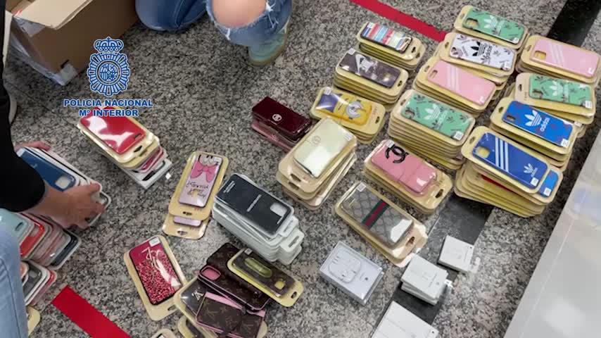 Cinco detenidos por distribuir carcasas de móvil falsificadas en Torremolinos y Fuengirola