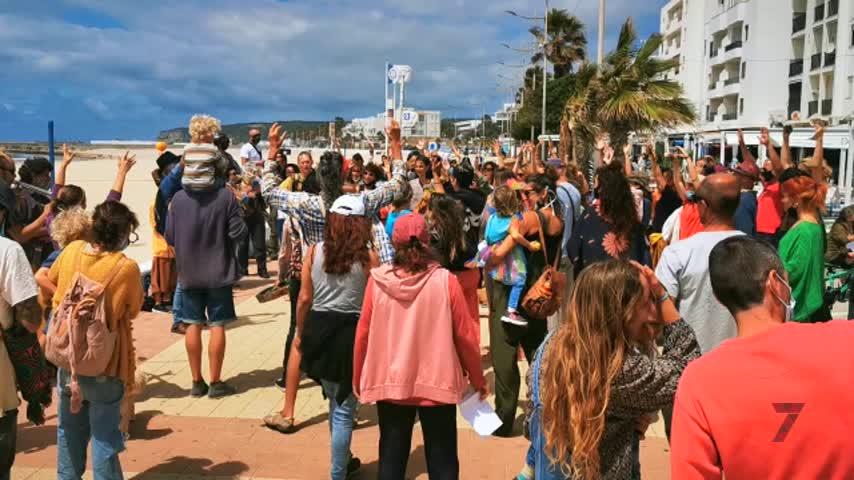 Increíble pero cierto: Estrambótico 'Flashmob' en Barbate por el Fin del Estado de Alarma