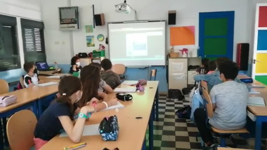 El 091 conecta desde la Comisaría de Jerez de forma simultánea con 415 escolares