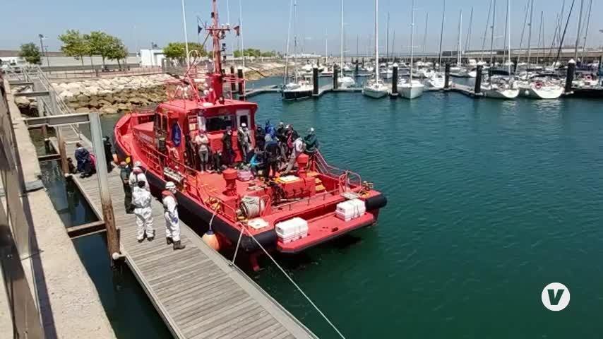 Rescatados 16 inmigrantes que trataban de llegar a Cádiz capital en una patera