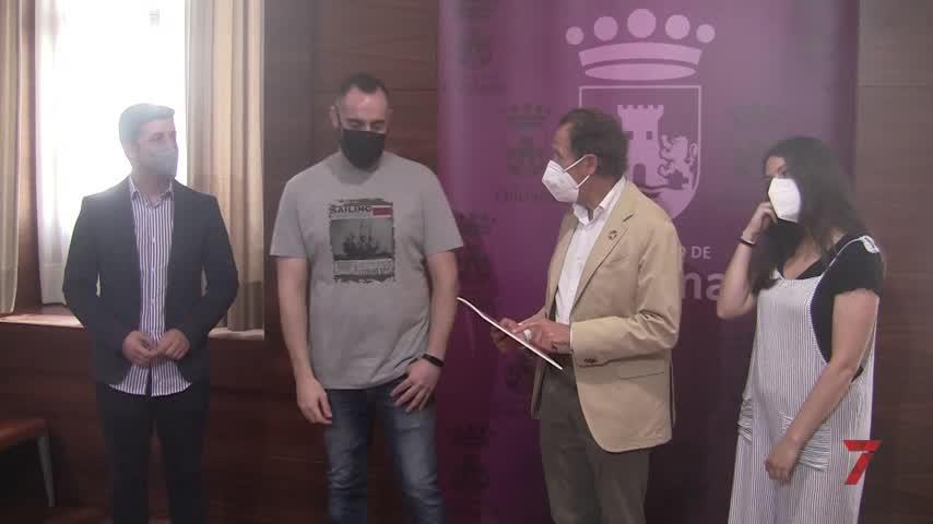 El alcalde de la ciudad hace entrega de los premios del Certamen Literario