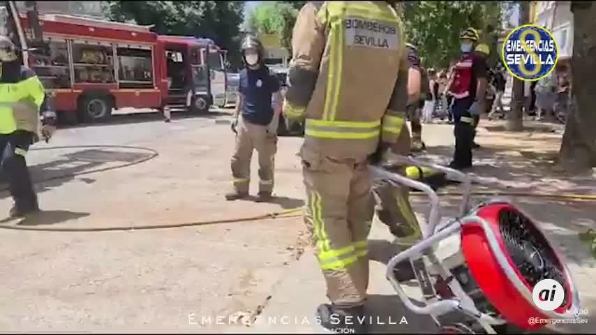Ocho heridos al salir ardiendo los contadores de un bloque del Polígono Sur, en Sevilla