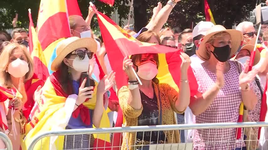 Una multitud llena la Plaza de Colón de banderas de España contra los indultos