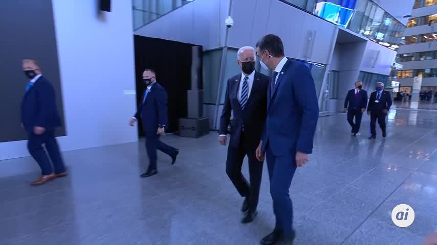 Joe Biden y Sánchez charlan menos de un minuto caminando por un pasillo en la cumbre