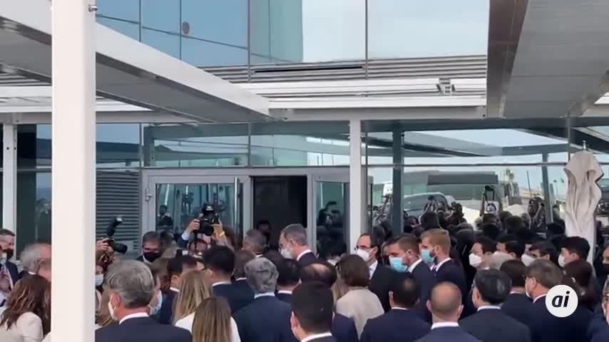 El Rey y Aragonès se saludan en un encuentro de empresarios en Barcelona