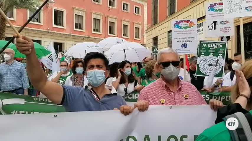 Centenares de interinos reciben al ministro Iceta en Sevilla al grito de