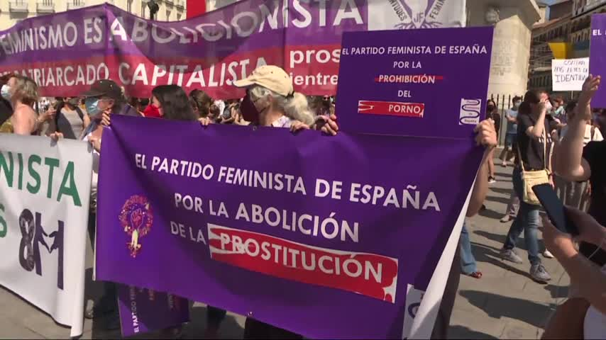 Feministas se manifiestan contra la ley trans y piden la dimisión de Irene Montero