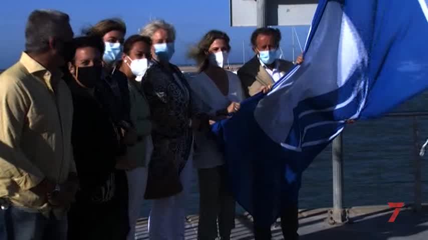 El puerto deportivo de Sancti Petri ya luce un verano más la Bandera Azul de calidad