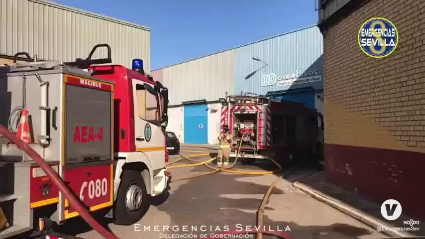 Un incendio en un polígono de Dos Hermanas (Sevilla) afecta a varias naves