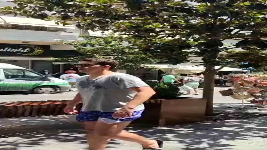 Once heridos trasladados al hospital al arrollar un coche una terraza en Marbella