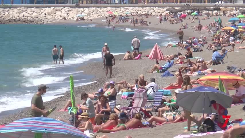 El alcalde de Málaga recula y cierra las playas por la noche