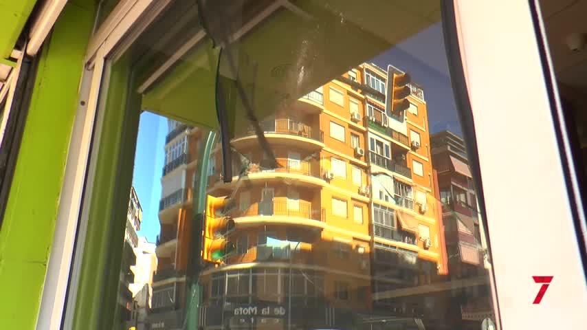 Un hombre dispara un arpón contra un local de comida de Málaga capital