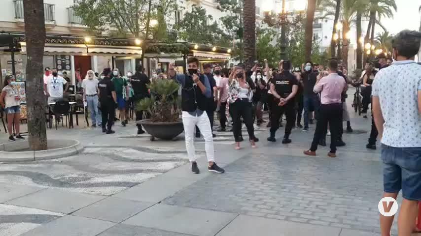 El acto de Macarena Olona en Cádiz capital, marcado por la tensión