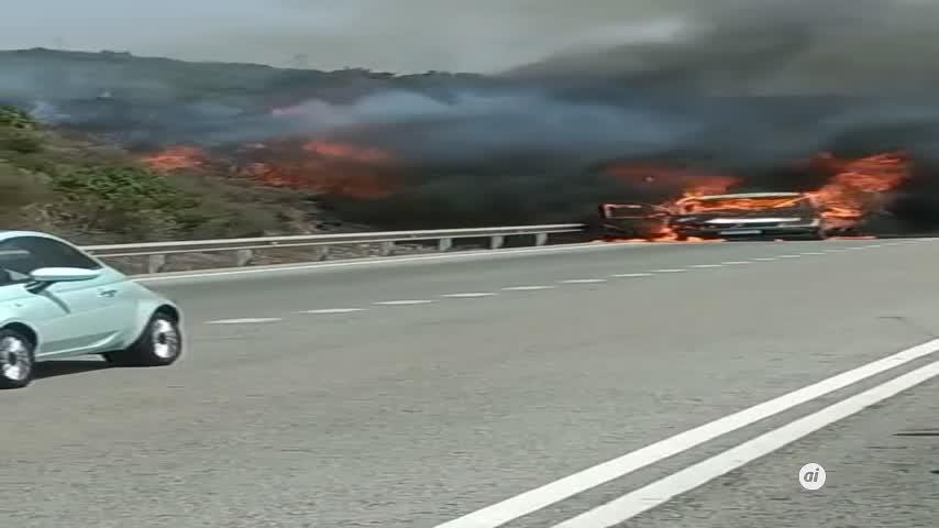 Un vehículo incendiado cerca de Tarifa obliga a cortar la N-340