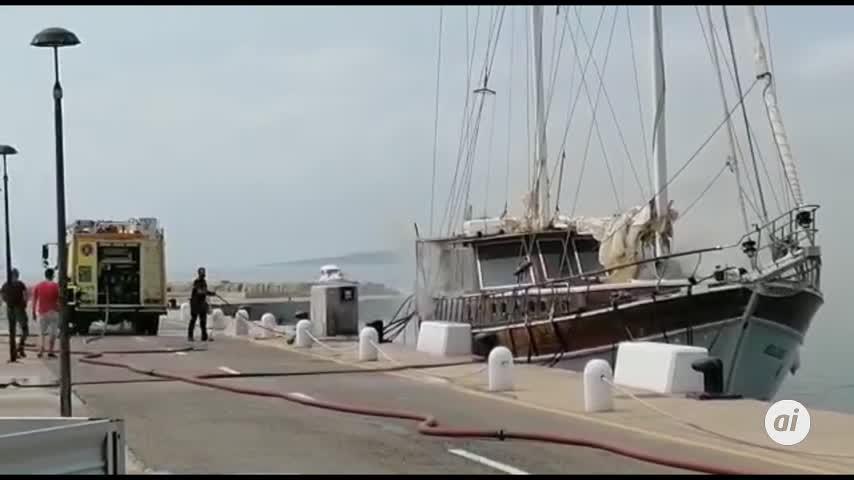 Herida una persona en el incendio de un velero atracado en Sotogrande
