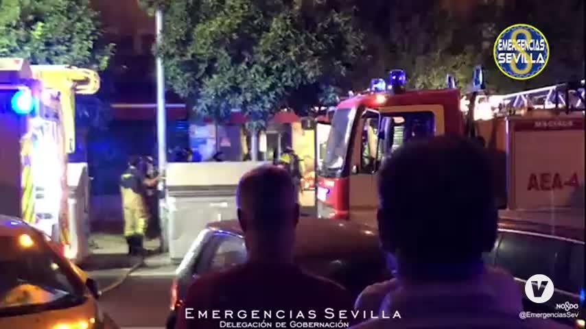Un perro fallecido y un desalojo en dos incendios en Sevilla capital