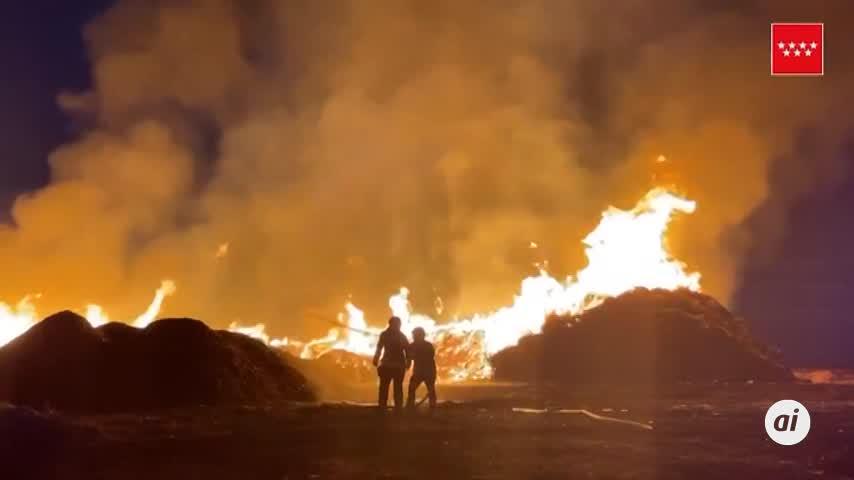 Un rayo provoca un incendio industrial en una fábrica de compostaje en Madrid