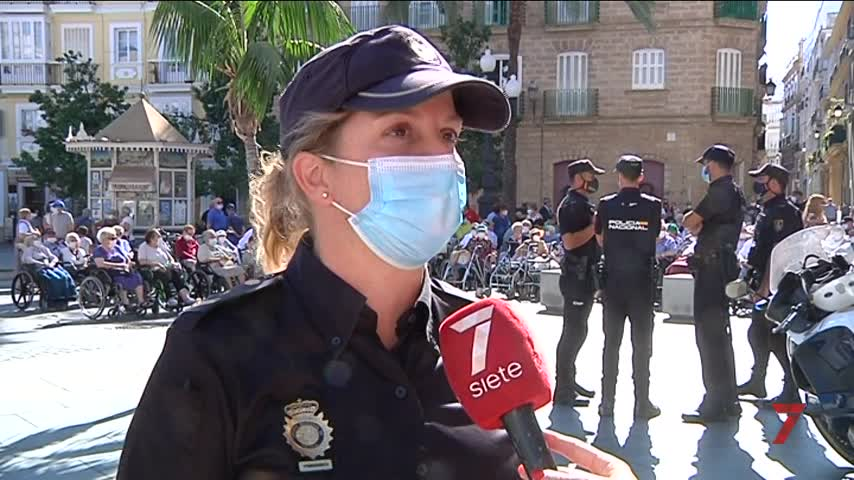 Furgones, motos, agentes antidisturbios y perros policía ante medio centenar de abuelitos
