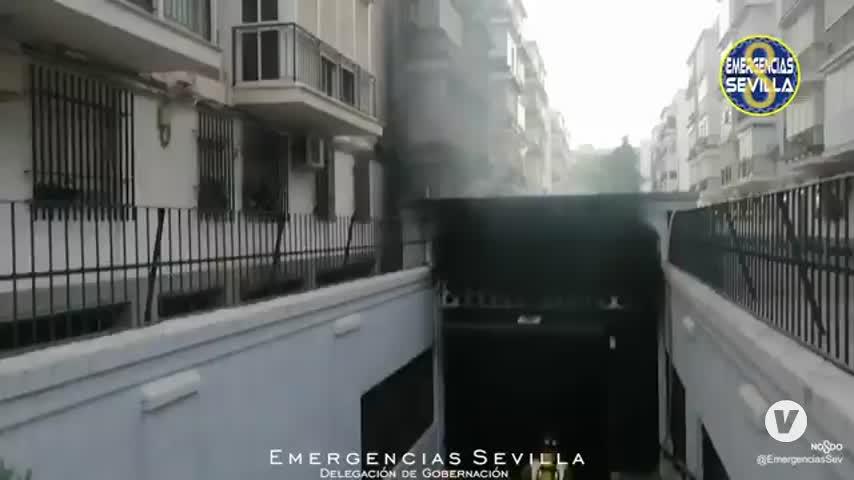 Diez vehículos calcinados en el aparatoso incendio de un garaje en Sevilla