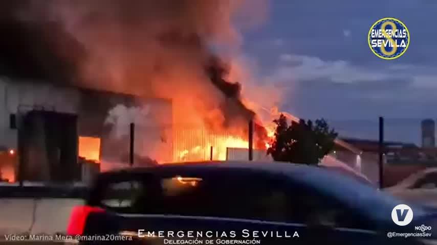 Controlado el incendio en la nave de reciclaje de Alcalá de Guadaíra (Sevilla)