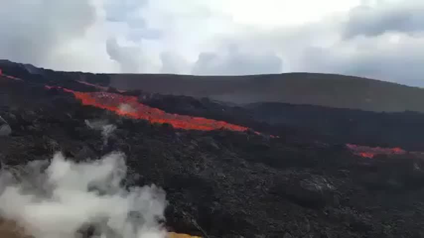 Las coladas del volcán de La Palma avanzan a 700 metros por hora y a 1.075 ºC