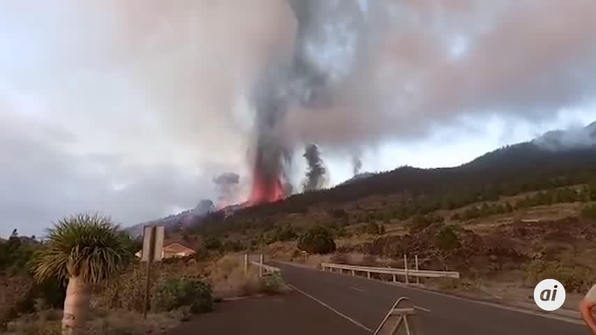 Siete carreteras cortadas y un colegio sepultado por la lava en La Palma