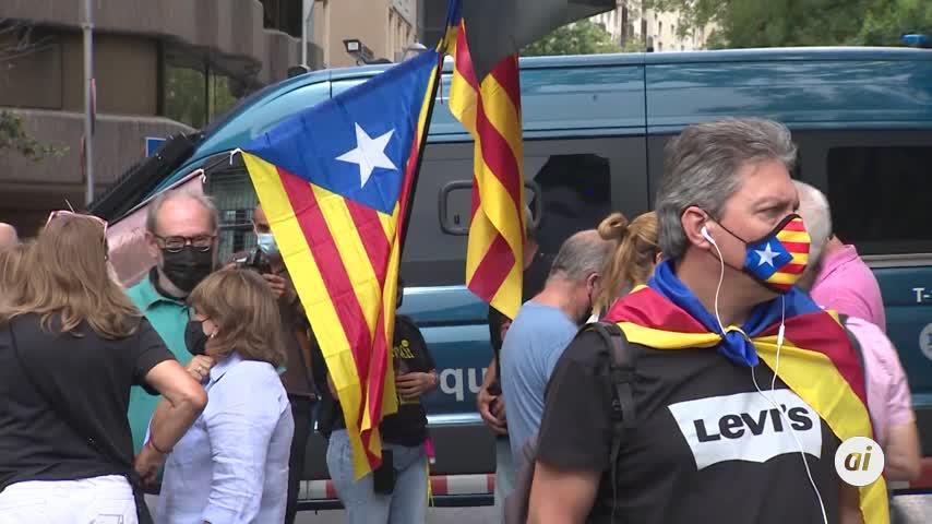 Cientos de personas protestan en el consulado por la detención de Puigdemont