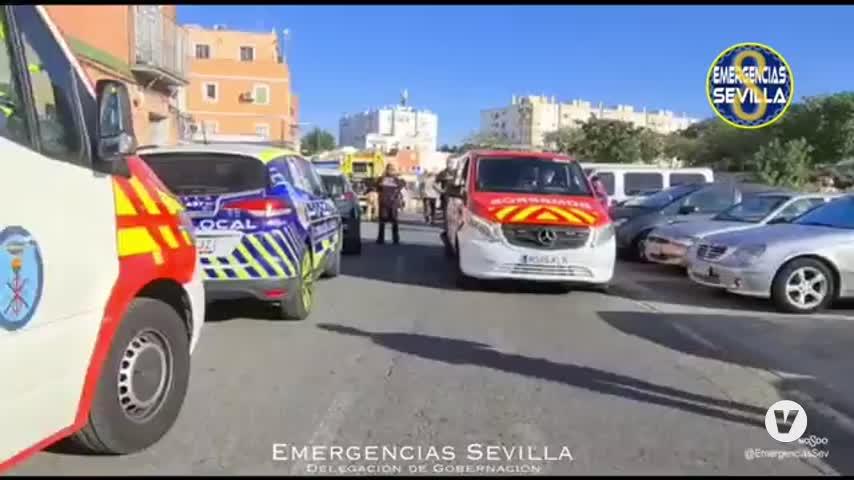 Un fallecido en un incendio en Sevilla, del que rescatan a una mujer y a un bebé