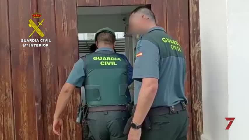 La Guardia Civil detiene a dos personas en dos turismos con 15 fardos de hachís en Vejer