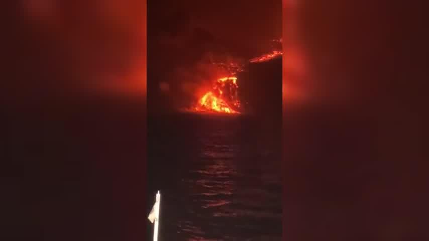La lava alcanza el mar en La Palma cayendo desde un acantilado de casi 100 metros de alto
