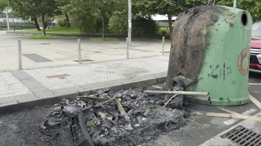 Queman diez contenedores y nueve coches afectados con daños por el fuego en San Sebastián